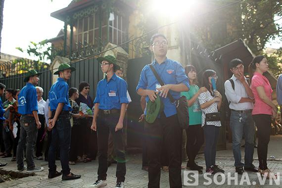 Hàng rào những thanh niên tình nguyện đứng phơi nắng để đoàn người vào viếng được chỉn chu theo hàng lối.
