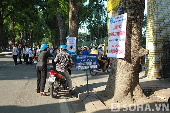 Khu vực gửi xe miễn phí dành cho người dân đến viếng Đại tướng Võ Nguyên Giáp.