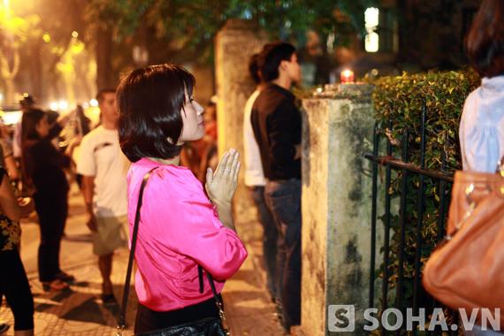 Chị Thanh Hương vừa từ Sài Gòn ra Hà Nội cũng đến trước cửa nhà Đại tướng để bày tỏ lòng thành kính.