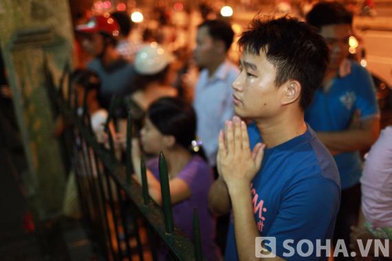 Người thanh niên này đã đứng bên hàng rào nhà Đại tướng để tưởng niệm rất lâu.