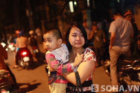Người mẹ bế con đến vái vọng anh linh Đại tướng trước cửa nhà 30 Hoàng Diệu đã không thể cầm được nước mắt.