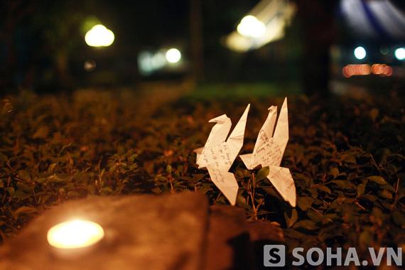 Những cánh hạc giấy được đặt trên tường rào nhà Đại tướng lung linh trong ánh nến.
