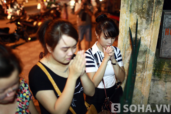 2 bạn trẻ đã không cầm được nước mắt khi đứng trước cửa nhà Đại tướng Võ Nguyên Giáp.