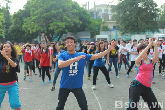 Trong khi đó Runningman Vũ Xuân Tiến tỏ ra khá lóng ngóng khi nhảy, tuy nhiên anh vẫn luôn nở nụ cười.