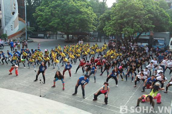 [Video]Á hậu Hoàng Anh và Runningman lóng ngóng nhảy flashmob