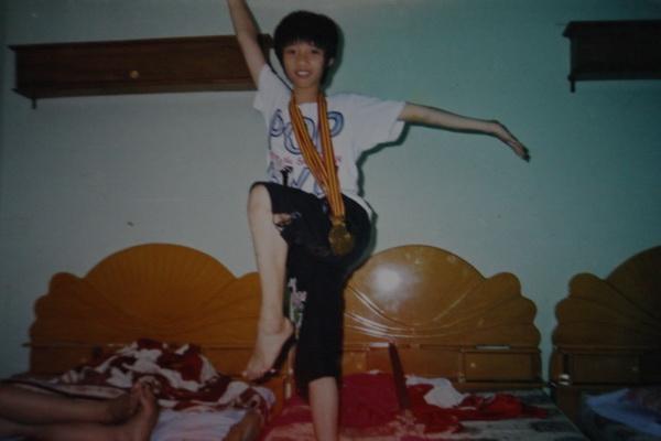 Vi chính thức tham gia tập nghiệp võ từ năm 8 tuổi. Với vóc dáng nhỏ bé, gia đình cũng lo rằng Vi không đủ sức để theo đuổi nghiệp võ. Đã có những lúc gia đình muốn Vi nghỉ tập nhưng vì niềm đam mê, cô vẫn tiếp tục theo đuổi như shopping.