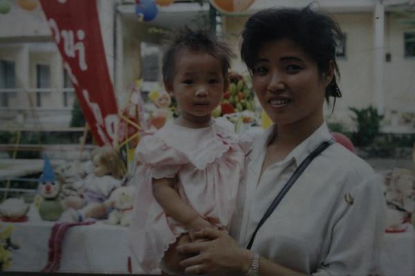 Mẹ của Vi - bà Nguyễn Thị Hoa, cũng là VĐV Vịnh Xuân Quyền. Do đó chuyện Vi hưởng gen võ thuật là điều dễ hiểu.