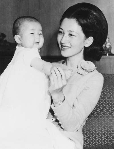 Hoàng hậu cùng con đầu lòng.