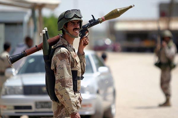 Một thành viên thuộc Lực lượng an ninh Iraq vác trên vai súng chống tăng RGP-7
