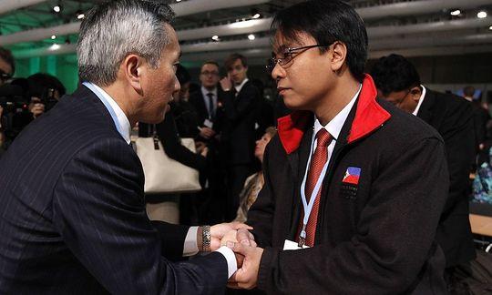 Đại biểu của Nhật Bản chia sẻ với ông Yeb Sano về những thiệt hại của mà siêu bão Haiyan gây ra cho Philippines.