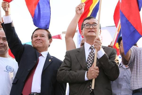 Sam Rainsy (phải) và Kem Sokha, hai chính trị gia sử dụng chiêu bài vu cáo, miệt thị người Việt Nam để tranh cử