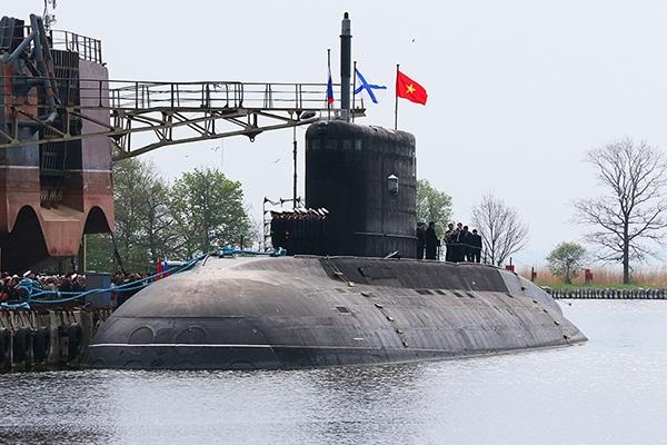 Hình ảnh lá cờ Tổ quốc tung bay trên nóc tàu ngầm Kilo Hà Nội tại Nga khiến nhiều người xúc động