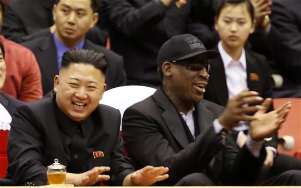 Kim Jong Un và Dennis Rodman cùng nhau xem thi đấu bóng rổ trong một chuyến thăm của ngôi sao này tới Bình Nhưỡng.