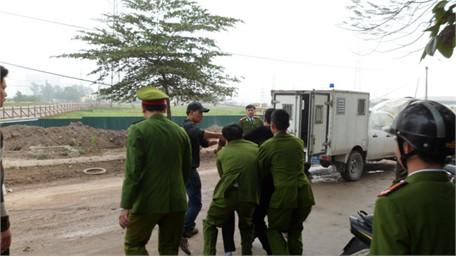 Lực lượng chức năng nhanh chóng khống chế và đưa Lợi ra xe chuyên dụng chuyển tới trại giam
