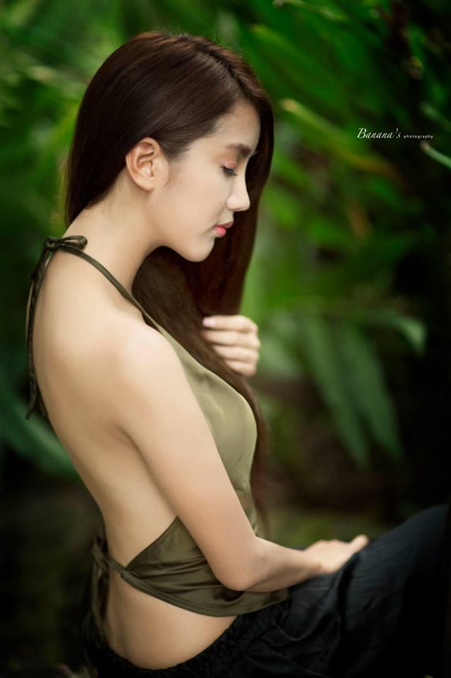 Hot girl Linh Napie áo yếm khoe lưng trần gợi cảm gây sốt
