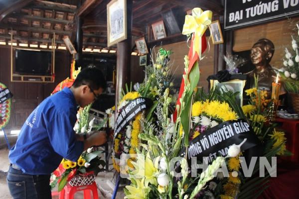 Nhóm sinh viên tình nguyện ĐH Xây dựng từ Hà Nội về thắp nén nhang cho Đại tướng.