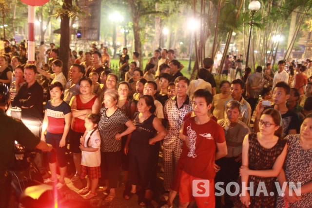 Hàng trăm người dân có mặt để <span class=