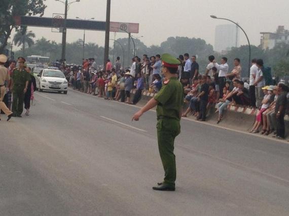 Người dân đổ về phía đường Phạm Văn Đồng hướng đi cầu Thăng Long ngày một nhiều hơn để tiễn biệt linh cữu Đại tướng, khiến lực lượng an linh làm việc vất vả hơn.