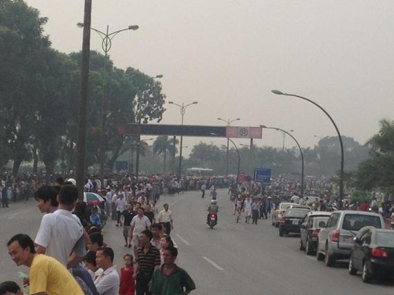Người dân đã tập trung chật kín ở 2 bên đường.