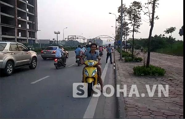 Hình ảnh phóng viên ghi lại được trong lúc người đàn ông quay xe bỏ chạy, khiến người đi đường bị một phen hú vía.