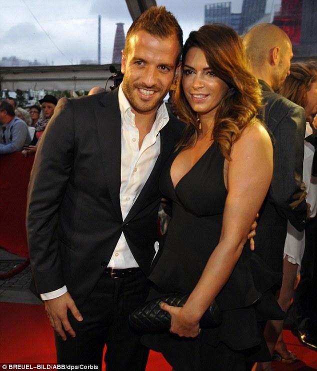 Rafael van der vaart đang hạnh phúc bên bạn của vợ