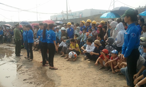Trẻ em, người già... ngồi ngóng đợi linh cữu Đại tướng ra sân bay, về đất mẹ Quảng Bình.