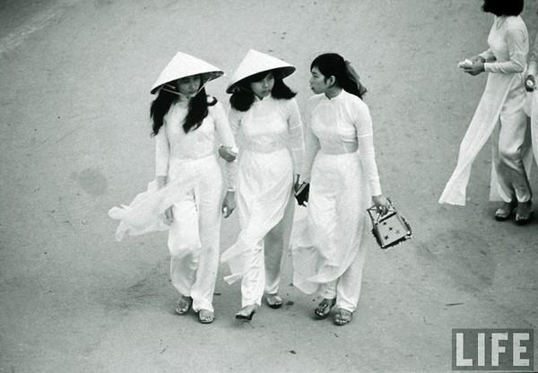 Những cô nữ sinh với nón lá đặc trưng.