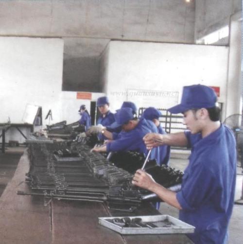 Một dây chuyền lắp ráp M-16 của Việt Nam