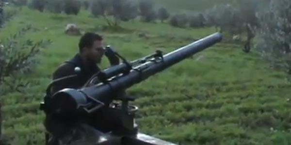 Một phiến quân Syria đang nhắm mục tiêu bằng súng không giật M40 106mm.