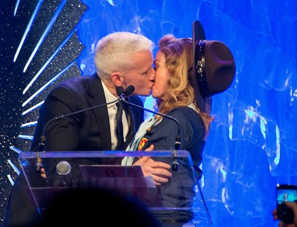 """Madonna """"khóa môi"""" với sao nam đồng tính"""