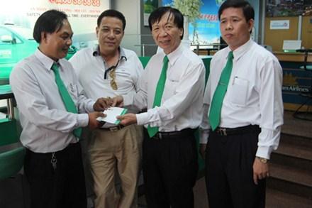Lái xe Phạm Văn Hoài (bên trái ảnh) được Cty khen thưởng vì trả lại cho khách 90 triệu đồng.