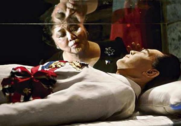 Thi hài ông Maros bên trong lăng mộ của mình.
