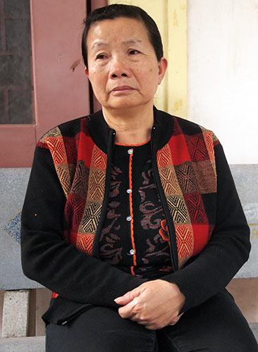 Mẹ của bảo vệ Đào Quang Khánh cùng luật sư của Khánh đã đến viếng linh hồn chị Huyền.
