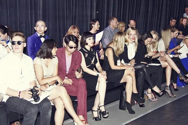 Lý Nhã Kỳ chia sẻ với truyền thông rằng cô luôn được ngồi hàng đầu tại show diễn thời trang.