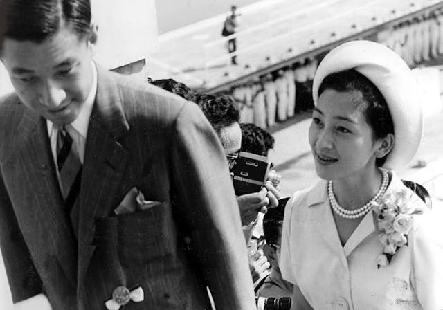 Hoàng hậu cùng Thiên hoàng tới thăm Paris.