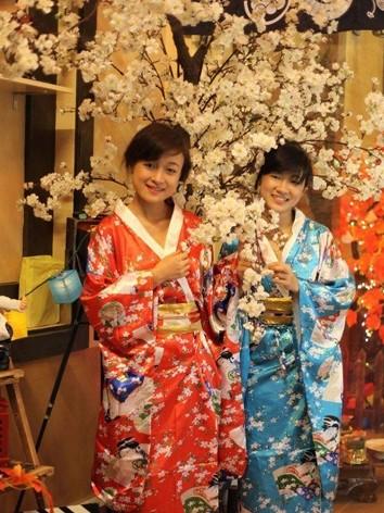 Minh Hiền (bên trái)