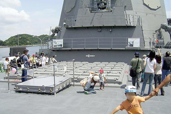 Cận cảnh hệ thống phóng thẳng đứng Mk41 của tàu khu trục Atago. Con tàu này sở hữu khả năng đánh chặn tên lửa đạn đạo hàng đầu châu Á.