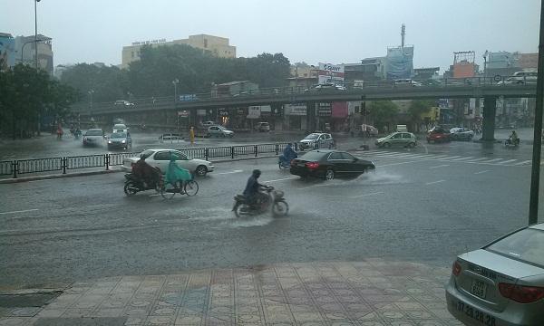 Nhiều tuyến phố Hà Nội bị ngập úng do mưa lớn