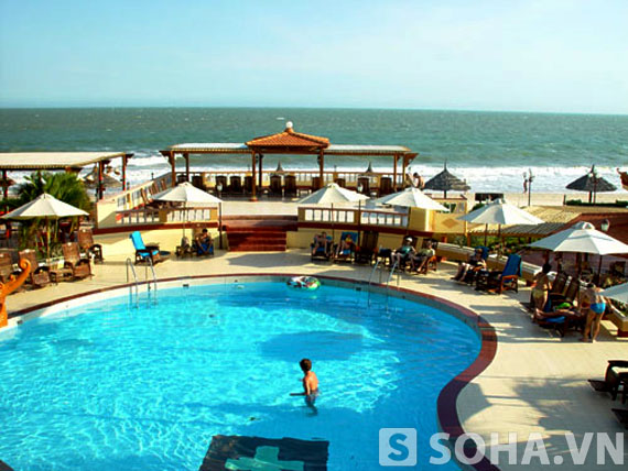 Một góc bể bơi nằm trong hệ thống resort Mũi Né.