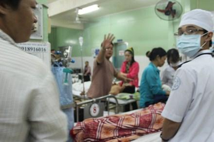 Các nạn nhân được cấp cứu tại bệnh viện sau vụ nổ súng. Ảnh: Lao động
