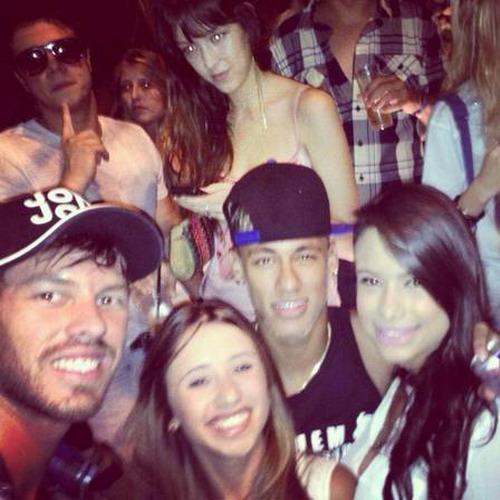 """Neymar từng """"cưa"""" được khá nhiều """"chân dài"""" ở các quán bar"""
