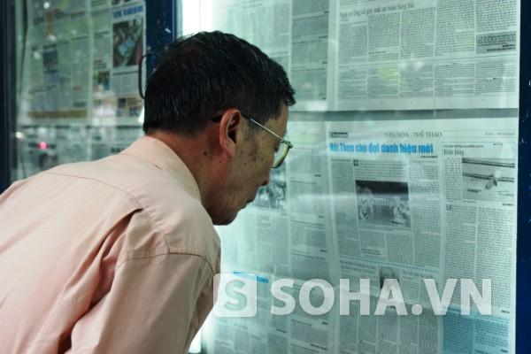 Mặc dù mắt kém, có tuổi rồi nhưng nhiều bác vẫn chăm chú đọc từng mẩu tin được dán trên tường.