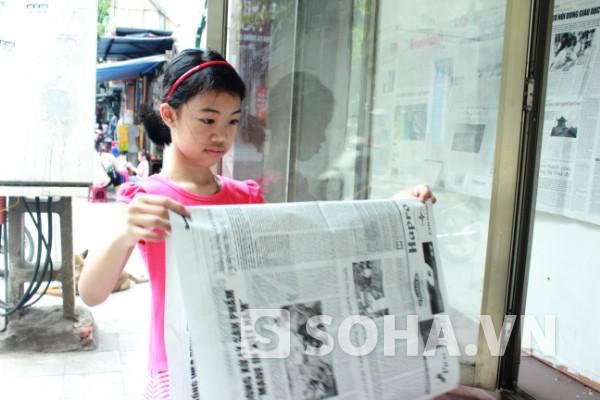 Từ ngày cô cháu ngoại được nghỉ hè, cô bé đòi đi theo bà để dán báo lên bảng tin của phường mỗi sáng.