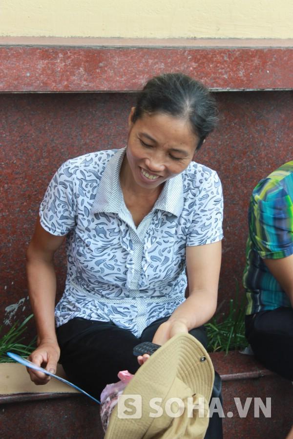 Cô Dinh cười hạnh phúc khi nhắc đến những lần đưa con đi thi đại học.