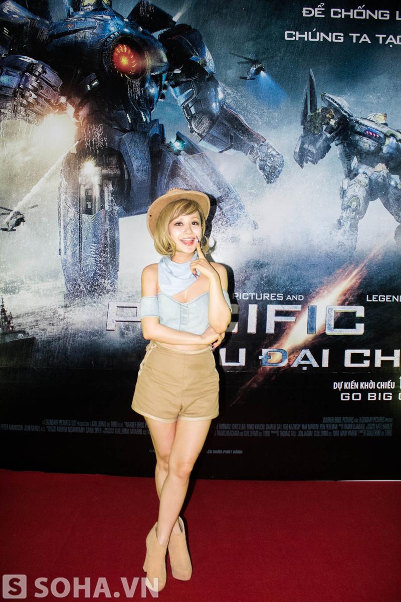 Dù đã 31 tuổi nhưng cô vẫn rất trẻ trung với quần short và áo crop top.