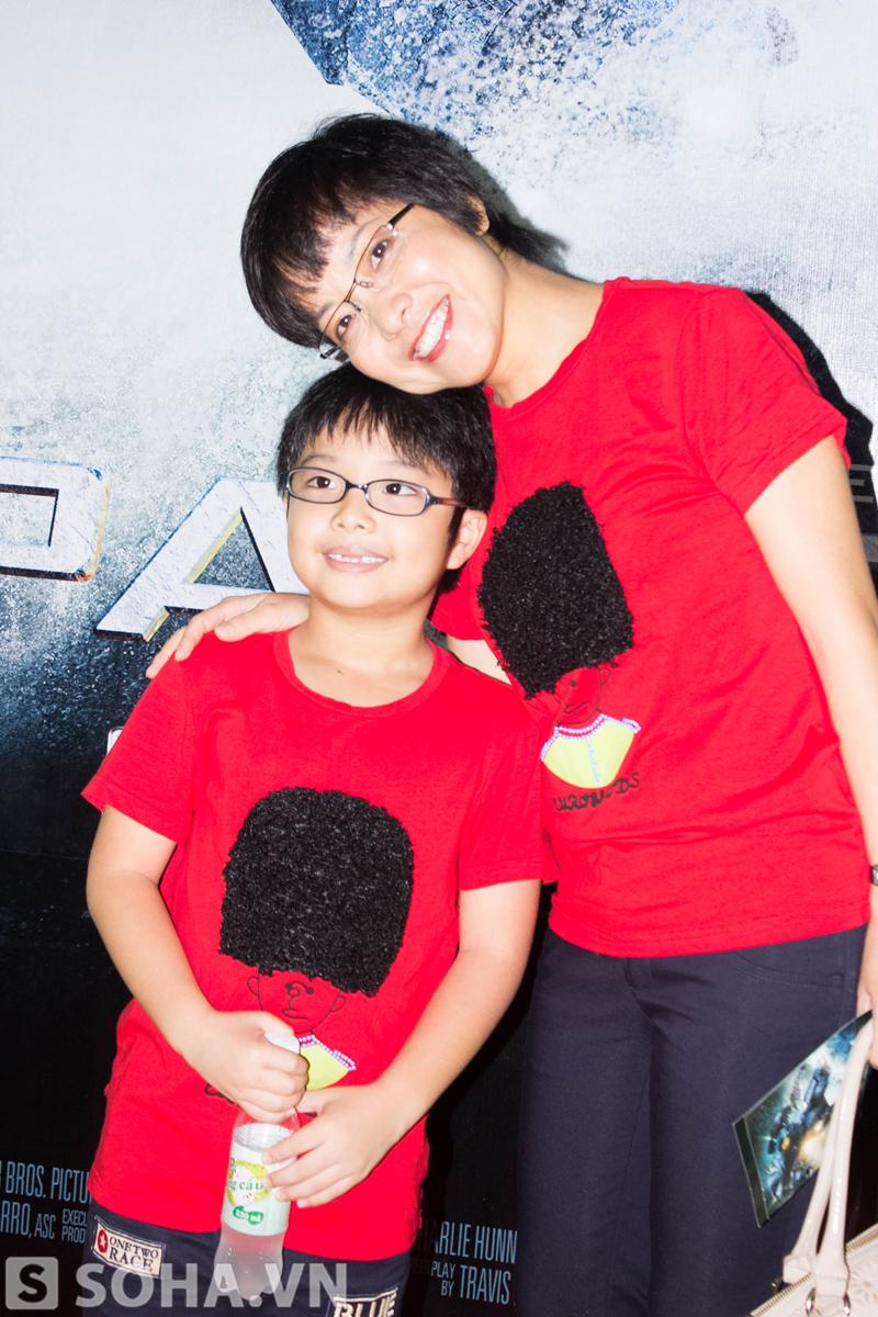 MC Thảo Vân xem phim cùng con trai yêu.