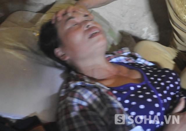 Bà Nguyễn Thị Chiến trong giây phút xúc động mạnh khi kể về quá trình đi tìm công lý cho chồng (Ảnh: Tuấn Nam)