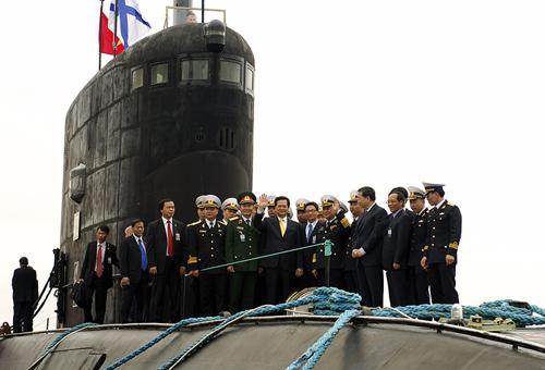 Thủ tướng Nguyễn Tấn Dũng trên boong tàu ngầm Hà Nội