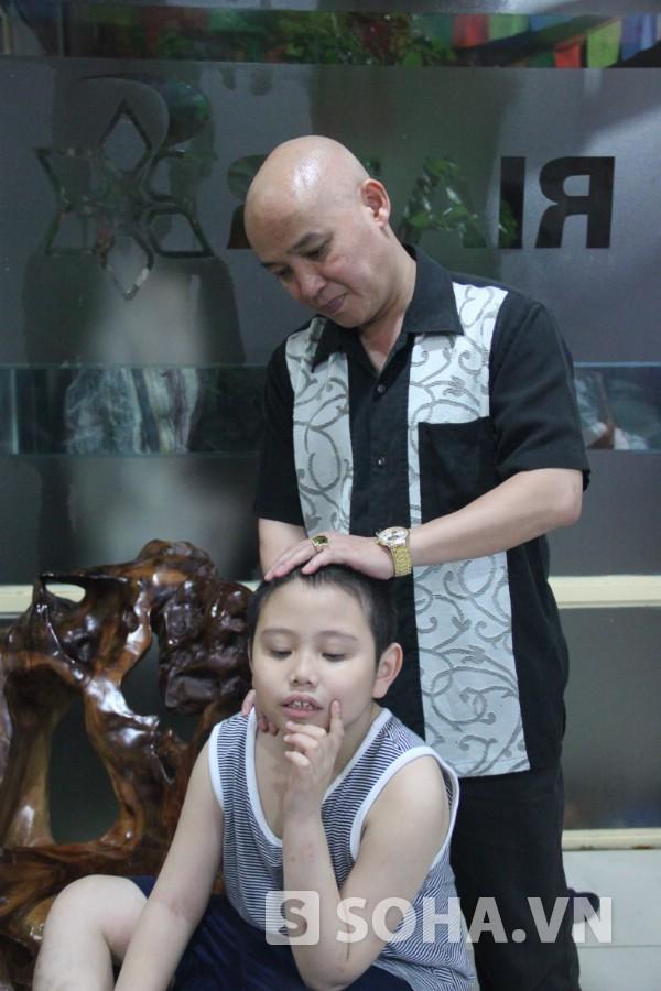 Nhà cảm xạ học Ngọc Sơn đang chữa cho đứa bé 8 tuổi mắc chứng bệnh không nói được.