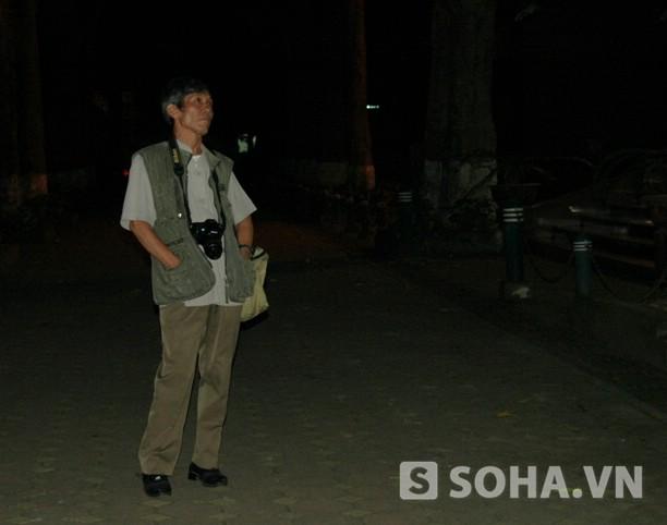 Đại tá, Nhà báo Trần Hồng rưng rưng nhìn lên căn phòng Đại tướng Võ Nguyên Giáp đang nằm ở Bệnh viện 108 tối 4/10 (Ảnh: Tuấn Nam)